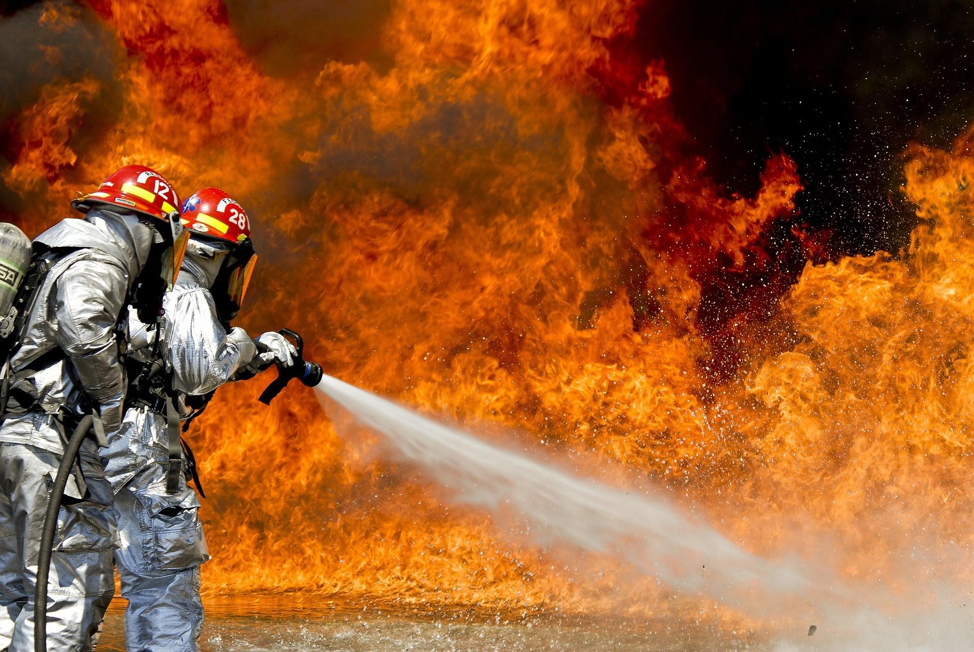 Pourquoi l'eau éteint-elle le feu ?