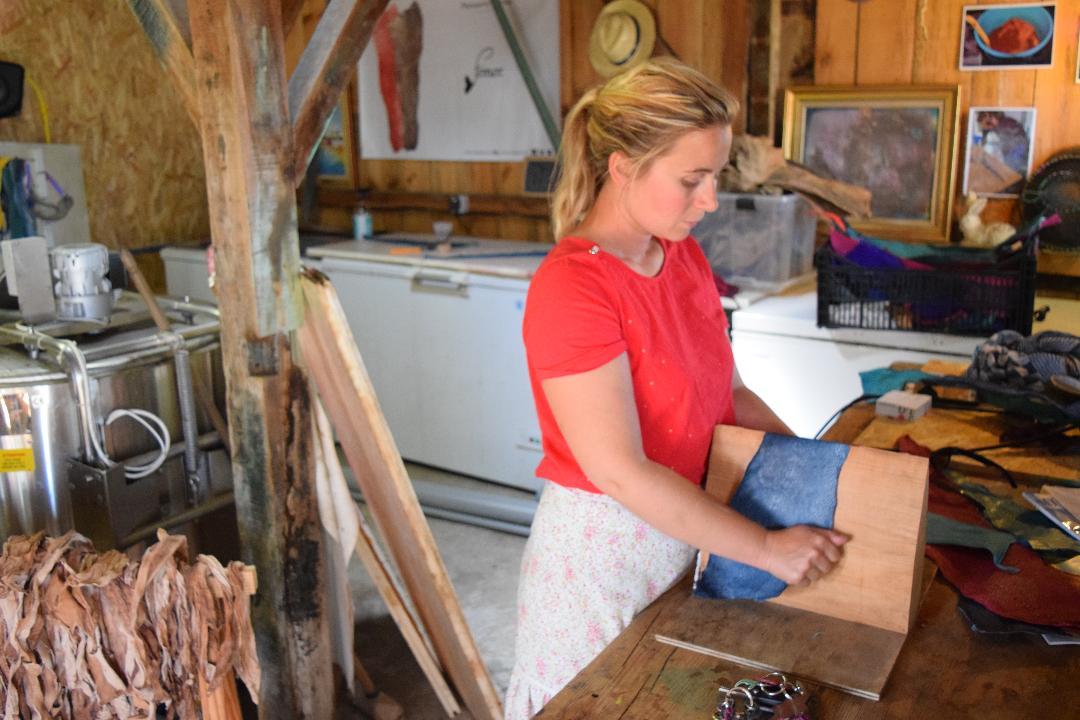 Diplômée de droit de l'environnement, Marielle Philippe a crée une peausserie marine éco-responsable à la Teste-de-Buch (Gironde) : elle fabrique du cuir à partir des peaux de poissons d'Aquitaine de consommation. ©Fémer