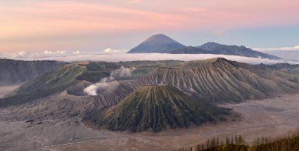 Lever de soleil en juillet 2019 sur l'un des volcans actifs d'Indonésie, le Bromo, ou « Gunung Bromo », situé dans l'est de Java. Il culmine à 2329 mètre d'altitude et son cratère mesure 800 mètres de diamètre et 200 mètres de profondeur. ©Florence Heimburger