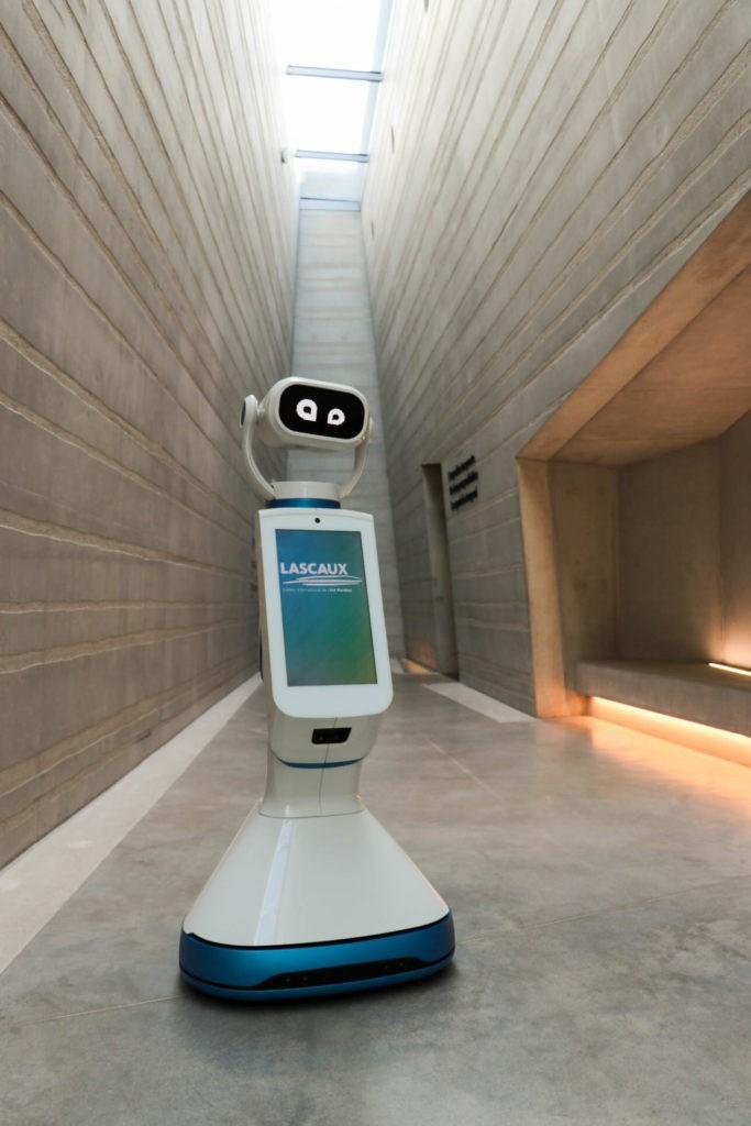 Homo Roboticus prêt à interagir dans les couloirs du Centre international de l'art pariétal. © Semitour - Robot Médiation - IMG_3943