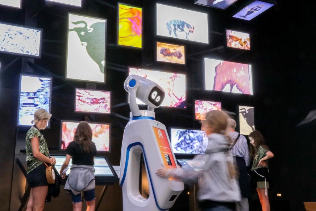 A Lascaux 4, la galerie de l'imaginaire laisse libre cours à l'imagination de chacun qui peut composer son exposition numérique où oeuvres contemporaines côtoient celles préhistoriques. © Semitour - Robot Public - IMG_3803