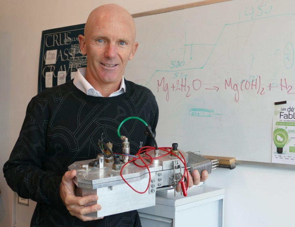 Fabrice Mauvy, enseignant-chercheur à l'ICMCB tenant dans ses mains le prototype d'un mini-réacteur combiné à une pile à combustible pour concevoir un vélo à hydrogène autonome. ©Florence Heimburger
