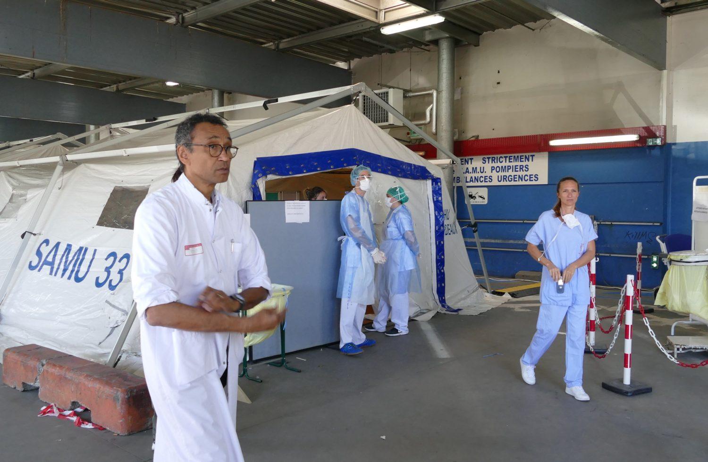 Le Dr Revel, chef du pôle des urgences du CHU de Bordeaux (à gauche) et le Dr Caroline De-La-Rivière, chef des urgences de l'établissement hospitalier (à droite), un infirmier et une aide soignante se préparent à l'arrivée de nouveaux patients atteints du Covid-19. ©FlorenceHeimburger/Curieux.Live