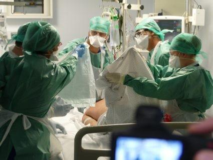 """Le Dr Benjamin Clouzeau (au centre) et ses collègues soignants de bloc opératoire s'occupent d'un patient """"Covid-19 +"""" en réanimation au CHU de Bordeaux. ©Florence Heimburger/Curieux.Live"""