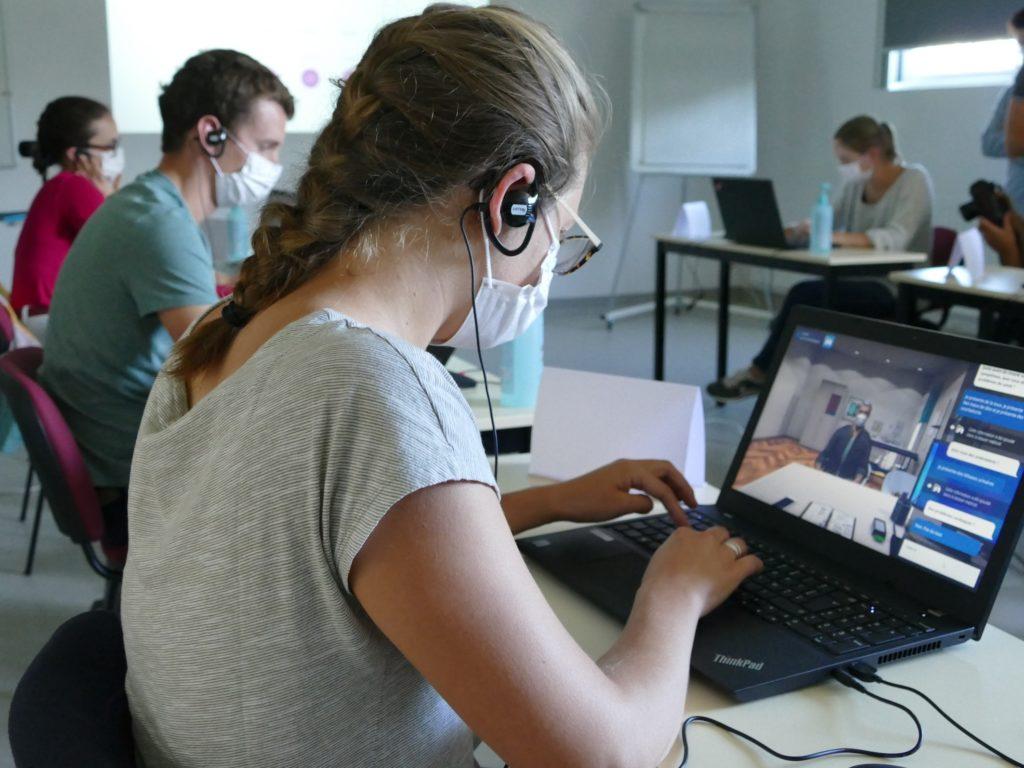 Une étudiante interne en médecine interroge un patient virtuel atteint de Covid-19 via le simulateur numérique développé par SimforHealth et le CHU de Bordeaux. ©Florence Heimburger.