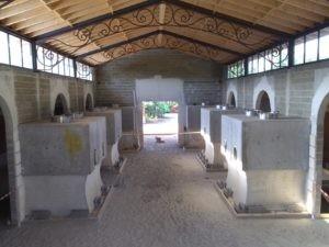La salle des cuves est enserrées dans des murs en paille et argile
