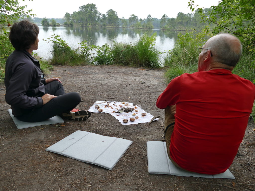 """Après l' """"effort"""", le réconfort avec une cérémonie du thé au bord d'un lac d'Hostens (Gironde). Copyright Florence Heimburger/Curieux.Live"""